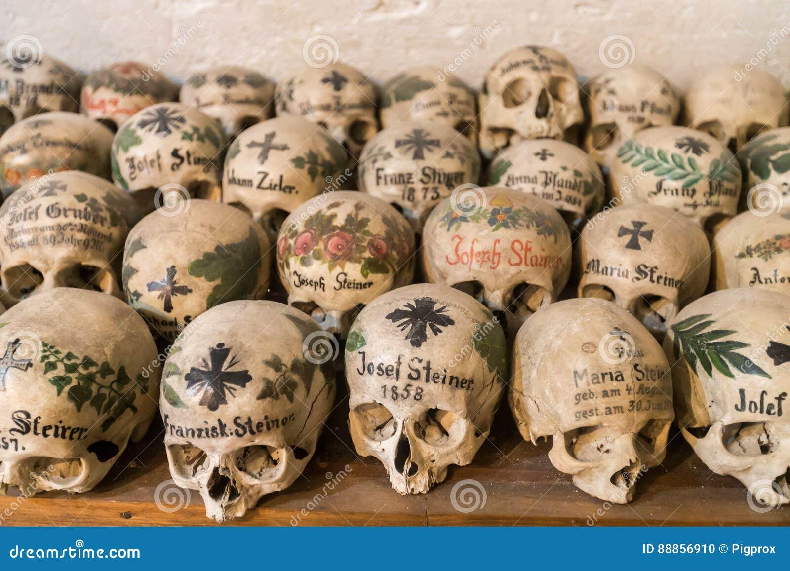 Verzierte Schädel In Einem Knochen-Haus Von Hallstatt, Österreich ...