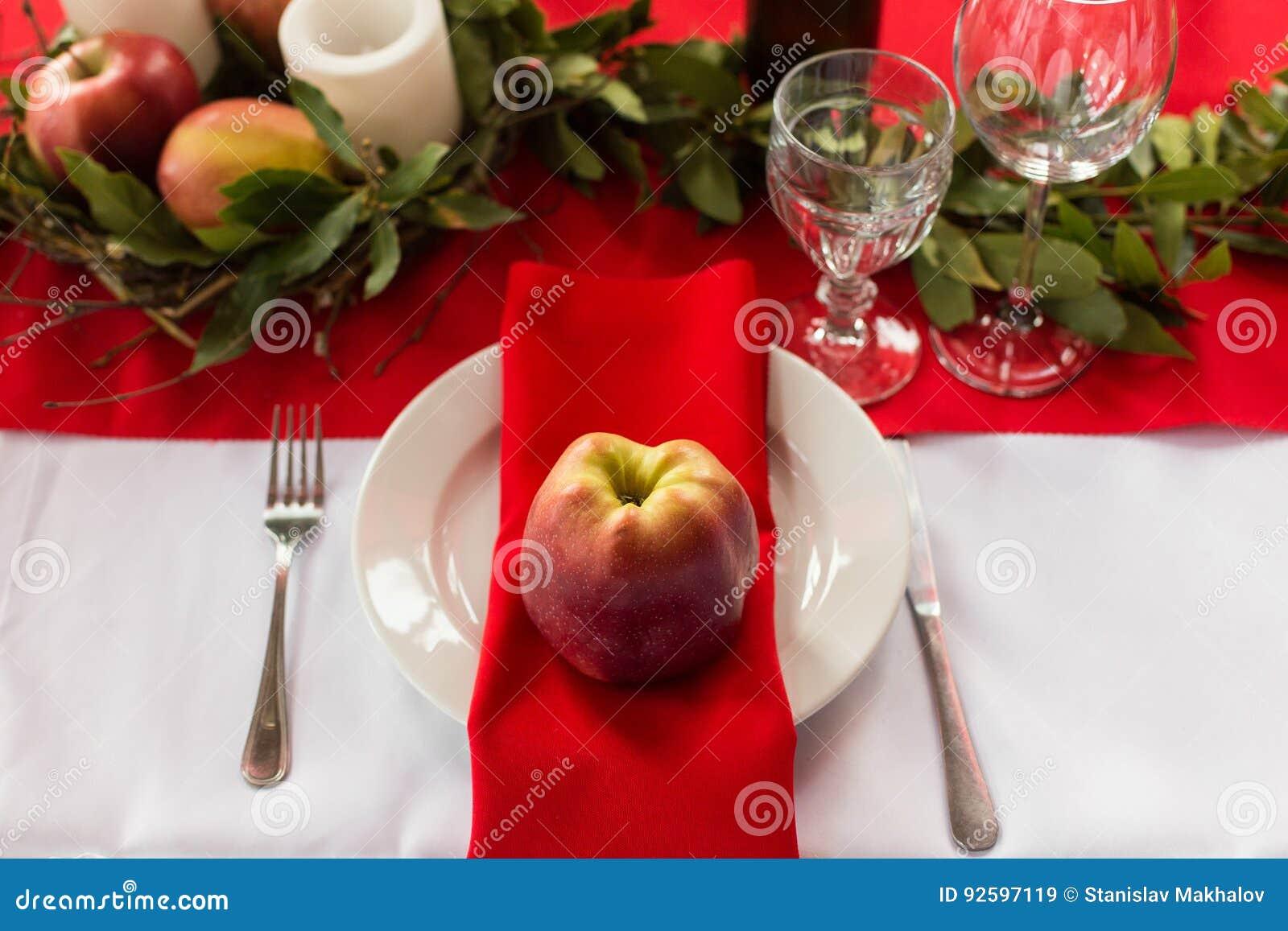 Verziertes tischfertiges für Abendessen Schön verzierte Tabelle stellte mit Blumen, Kerzen, Platten und Servietten ein
