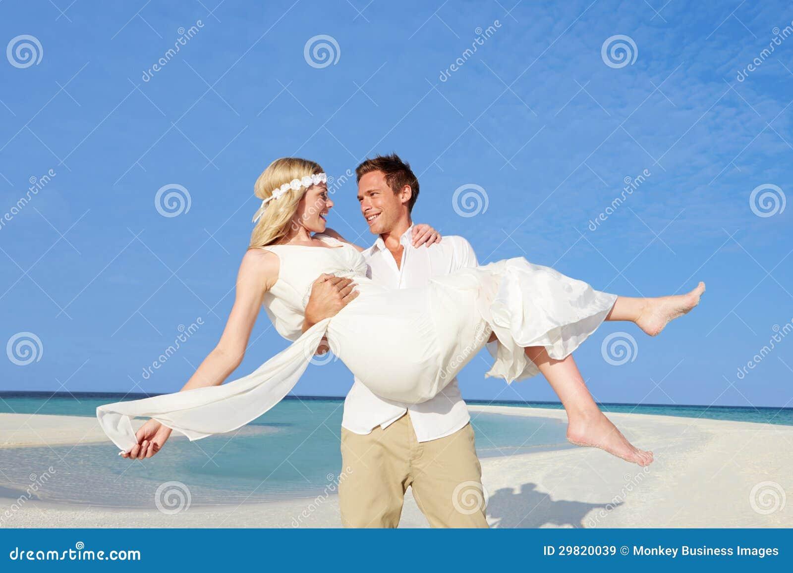 Verzorg Dragende Bruid bij het Mooie Huwelijk van het Strand