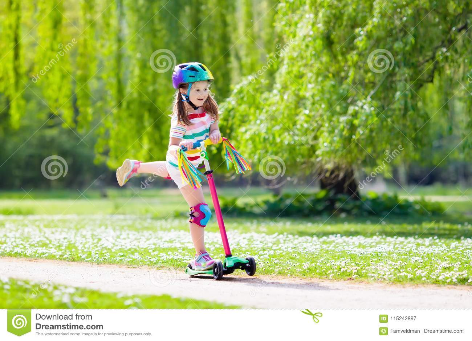 Vespa del retroceso del montar a caballo del niño en parque del verano