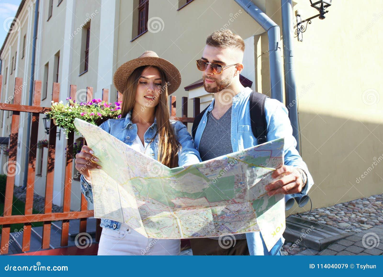 Vespa joven feliz del montar a caballo de los pares en ciudad Viaje del individuo hermoso y de la mujer joven Concepto de la aven