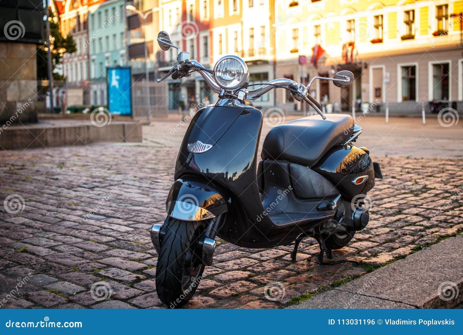 Vespa retra del moto en la calle