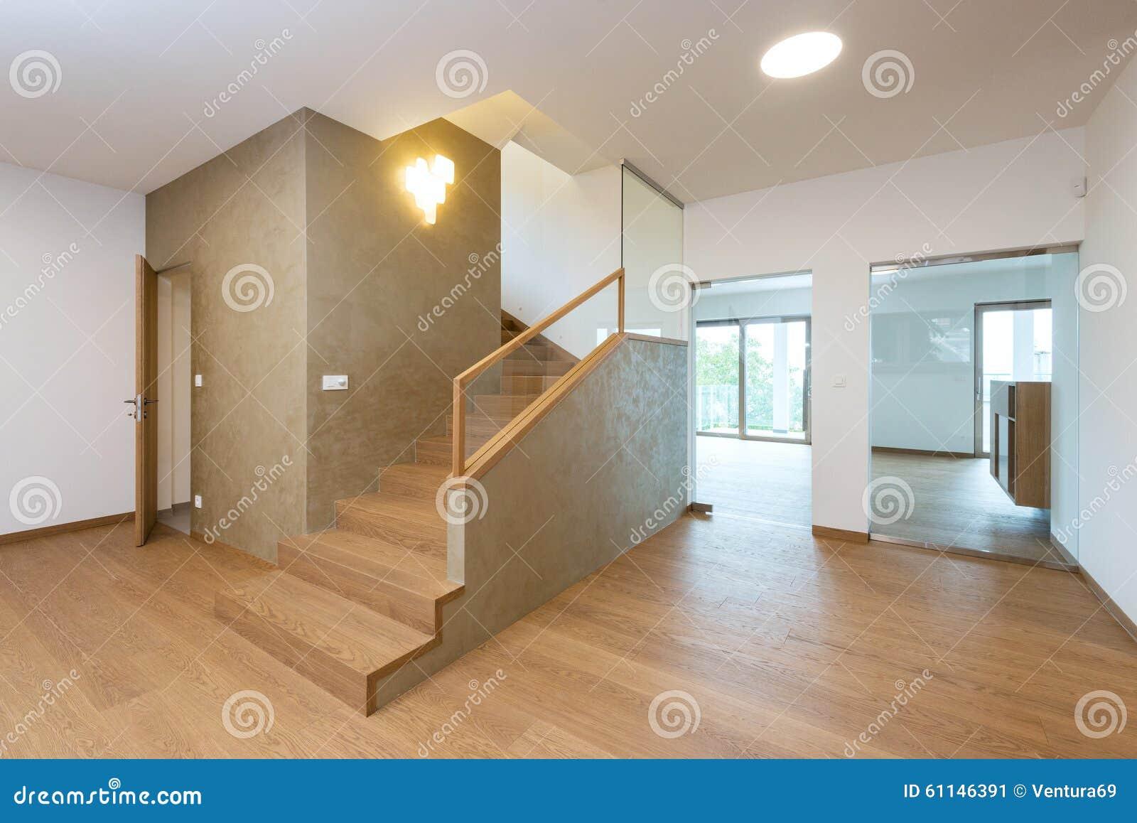 vestbulo con la escalera en casa moderna imagen de archivo