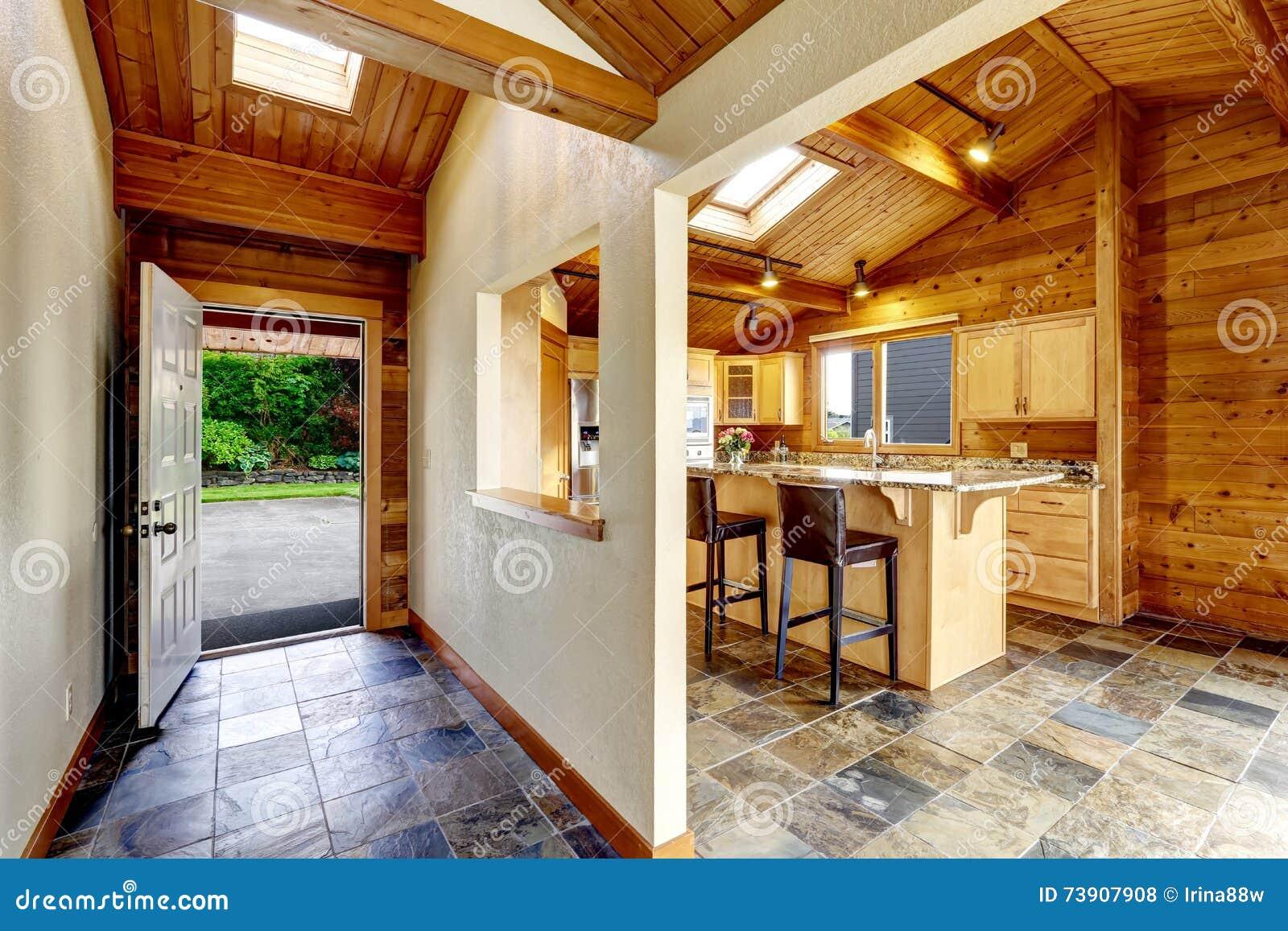 Vest bulo con la puerta abierta vista al patio trasero - Cocinas con salida al patio ...
