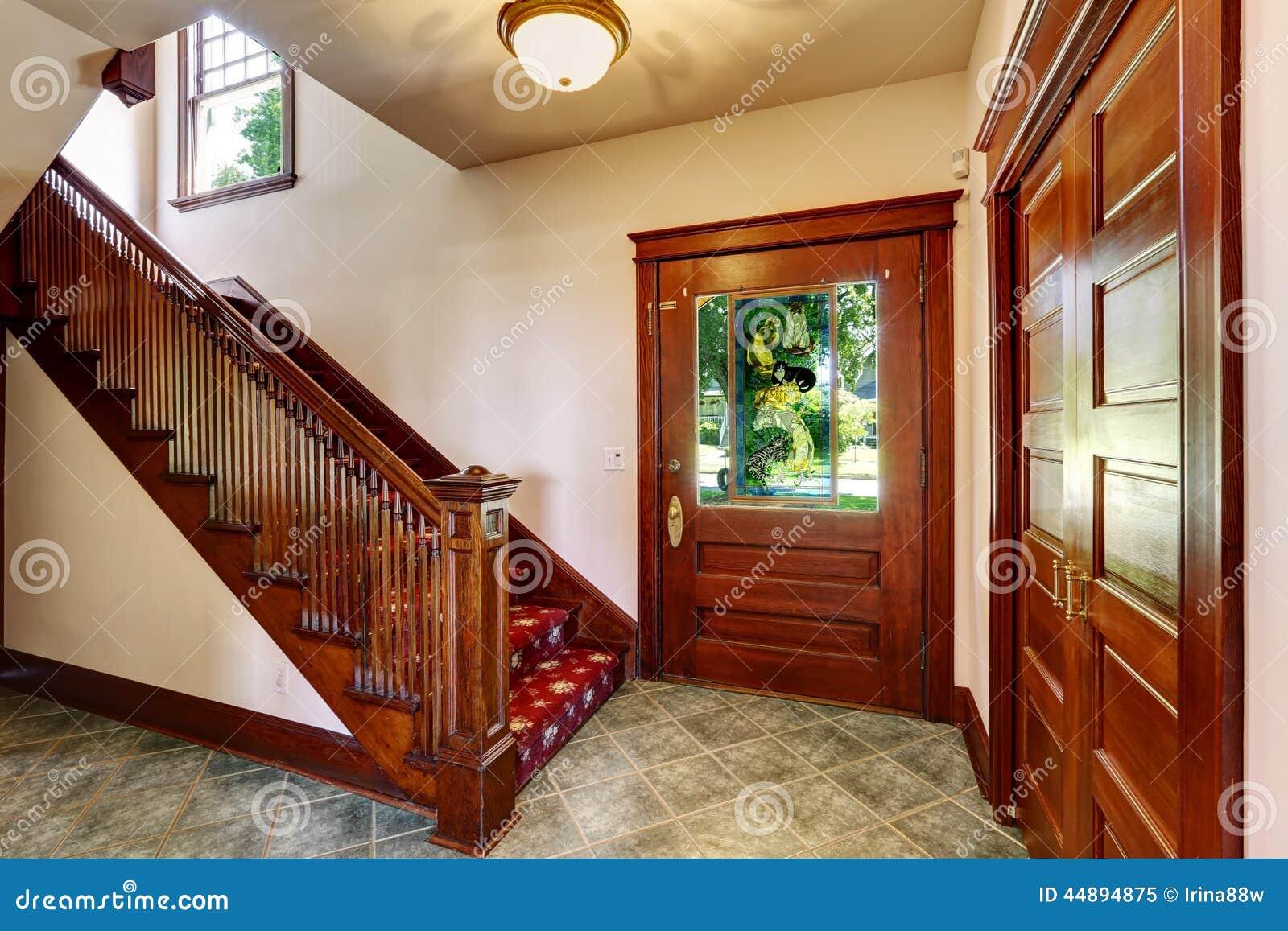 Vest bulo de la entrada con la escalera de madera foto de for Escaleras con alfombra