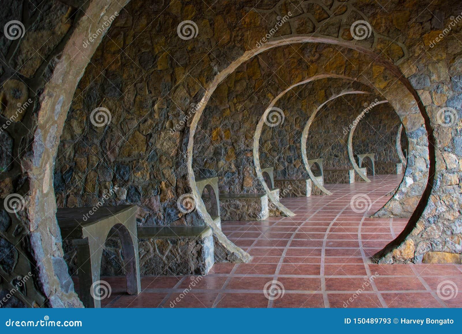 Vestíbulo de piedra infinito del arco en una cabaña de Outddor