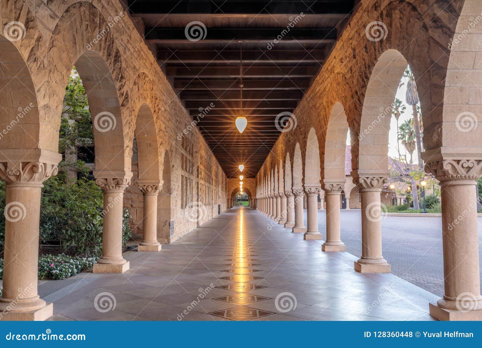Vestíbulo exterior de la columnata de Stanford University Campus Building