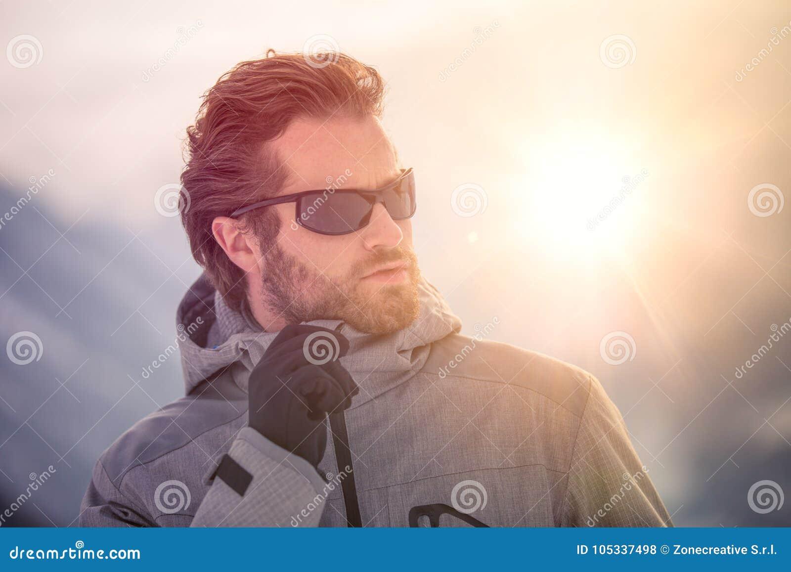 Veste de port d anorak de petit groupe d homme de skieur avec le portrait de lunettes de soleil terre neigeuse l explorant marcha