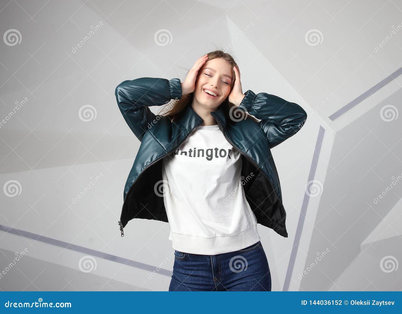 Veste de port de fille de jeune fille avec le secteur pour votre logo, maquette de hoodie de femmes blanches