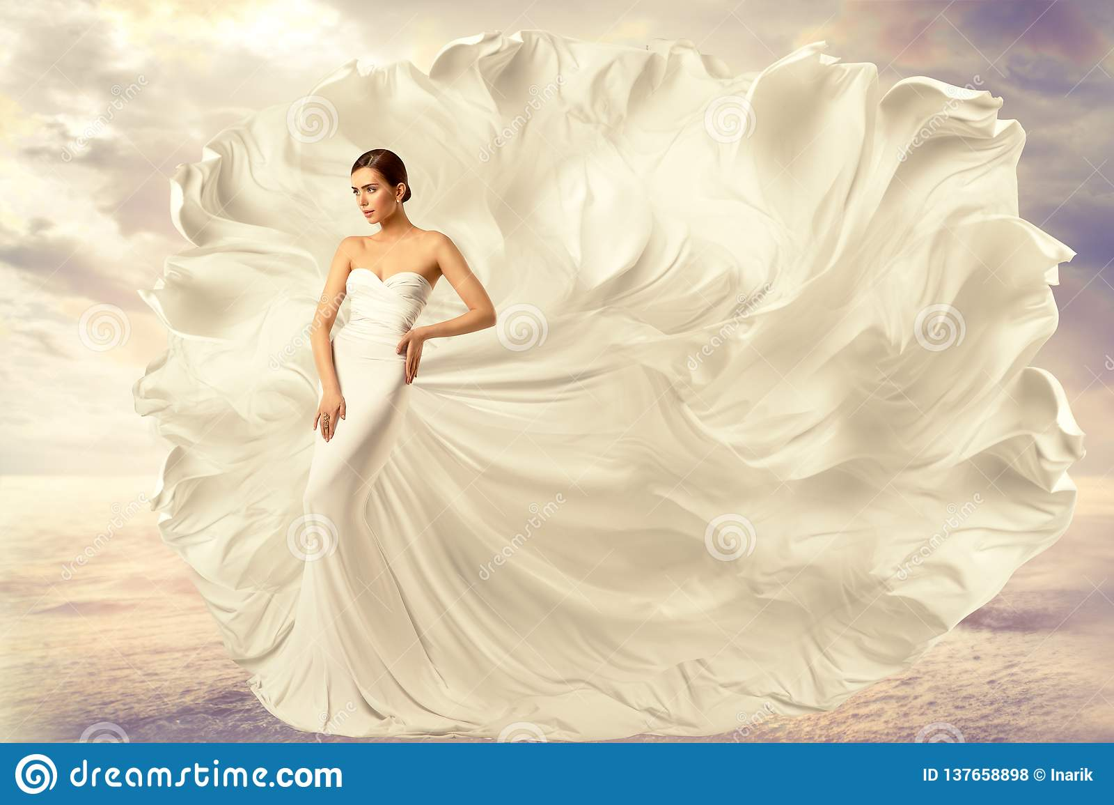 Vestido branco da mulher, modelo de forma no vestido de ondulação de seda longo, tela de vibração de voo no vento