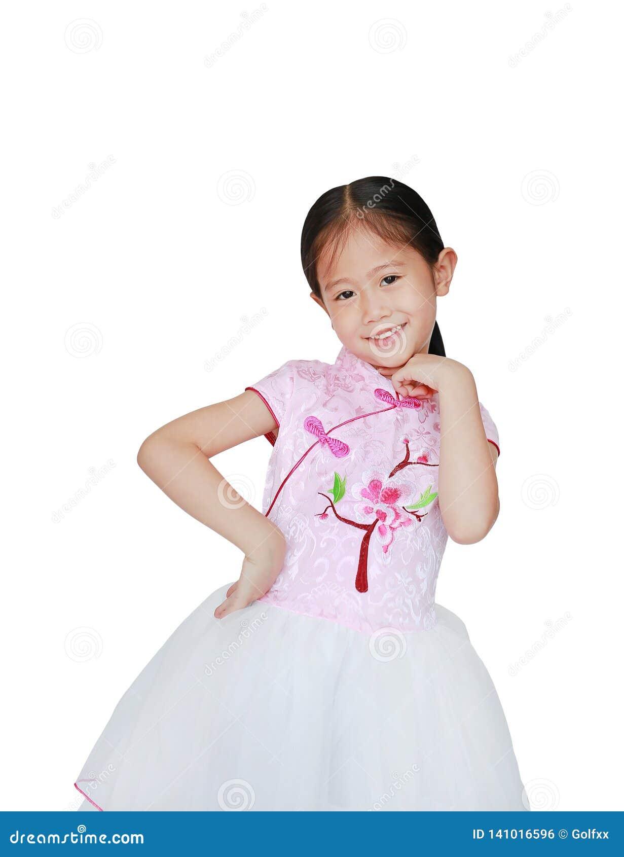 Vestido chinês vestindo da tradição do rosa da menina asiática pequena feliz da criança para a celebração chinesa do ano novo iso