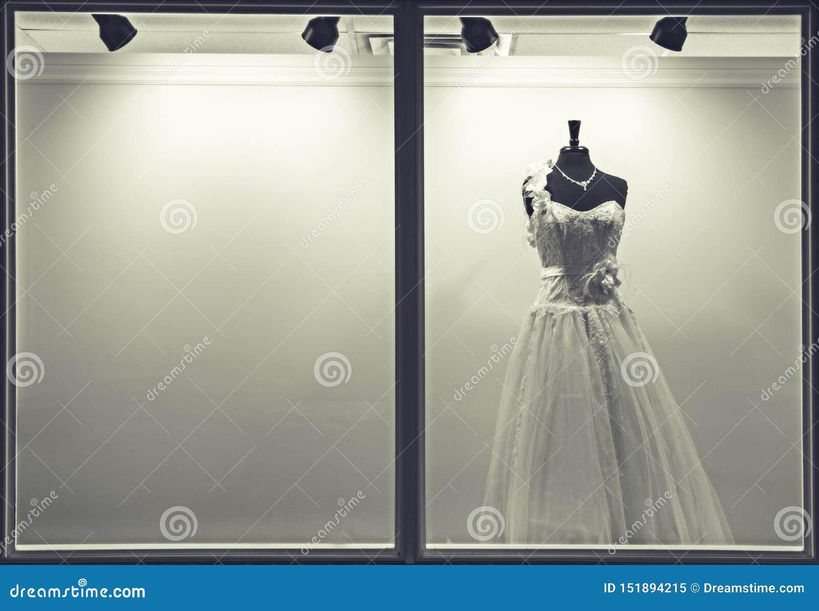 Vestido de boda en la ventana de la tienda