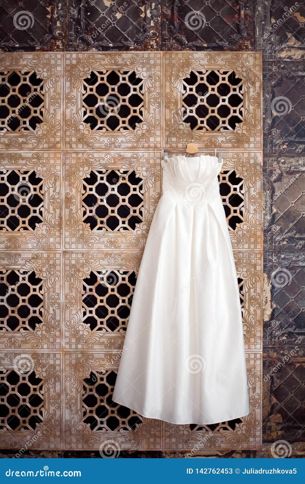 Vestido de casamento que pendura em antecipação à noiva Interior bonito