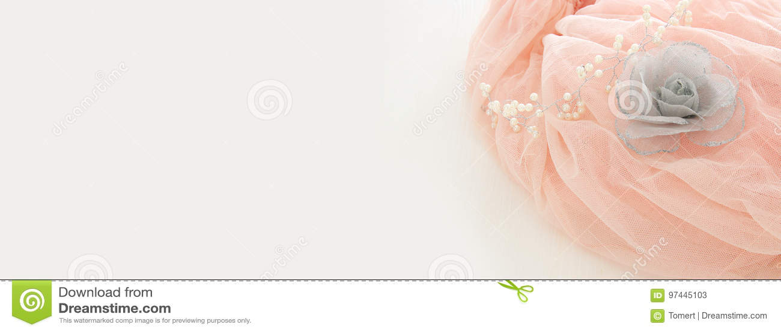 Vestido de la gasa del rosa de Tulle del vintage en la tabla blanca de madera Boda y girl& x27; concepto del partido de s