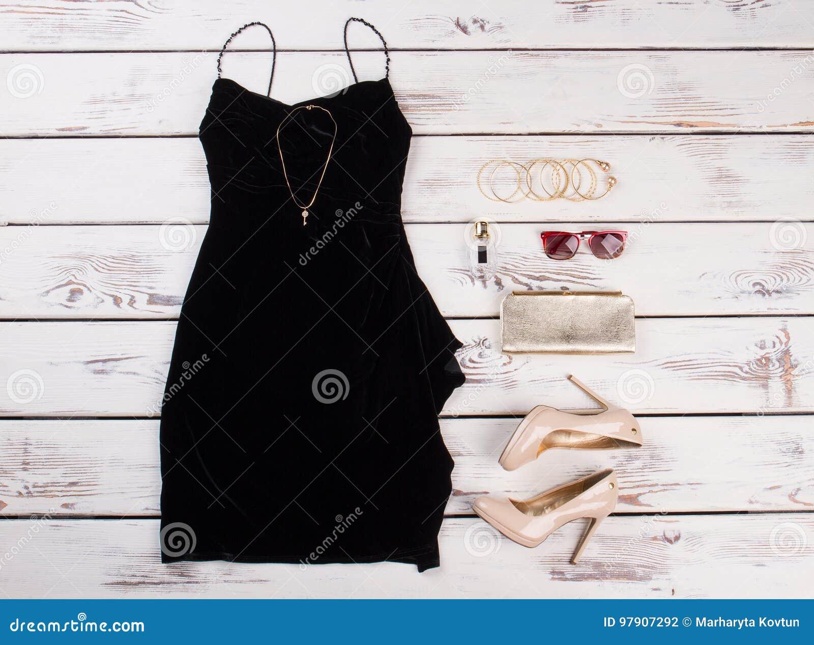 Accesorios para vestido beige con negro
