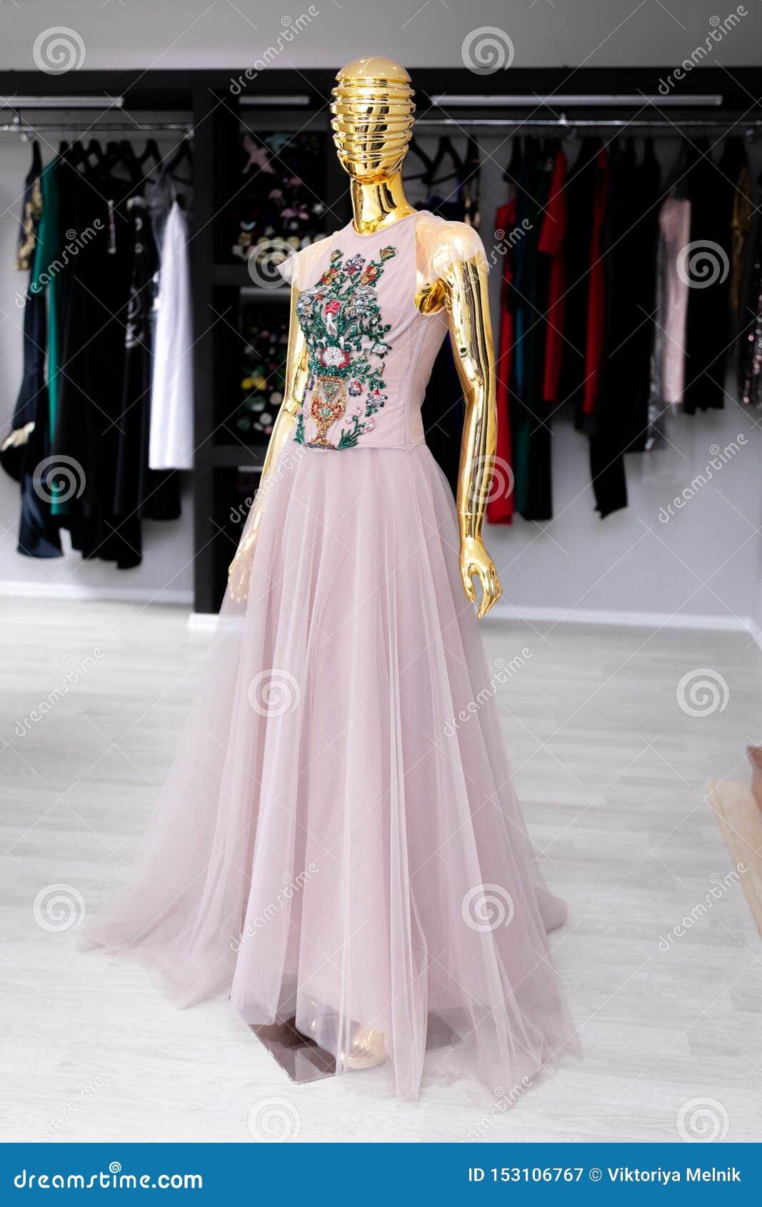 Vestido para mujer, rosa claro de Tulle con un ornamento en un pecho de gotas