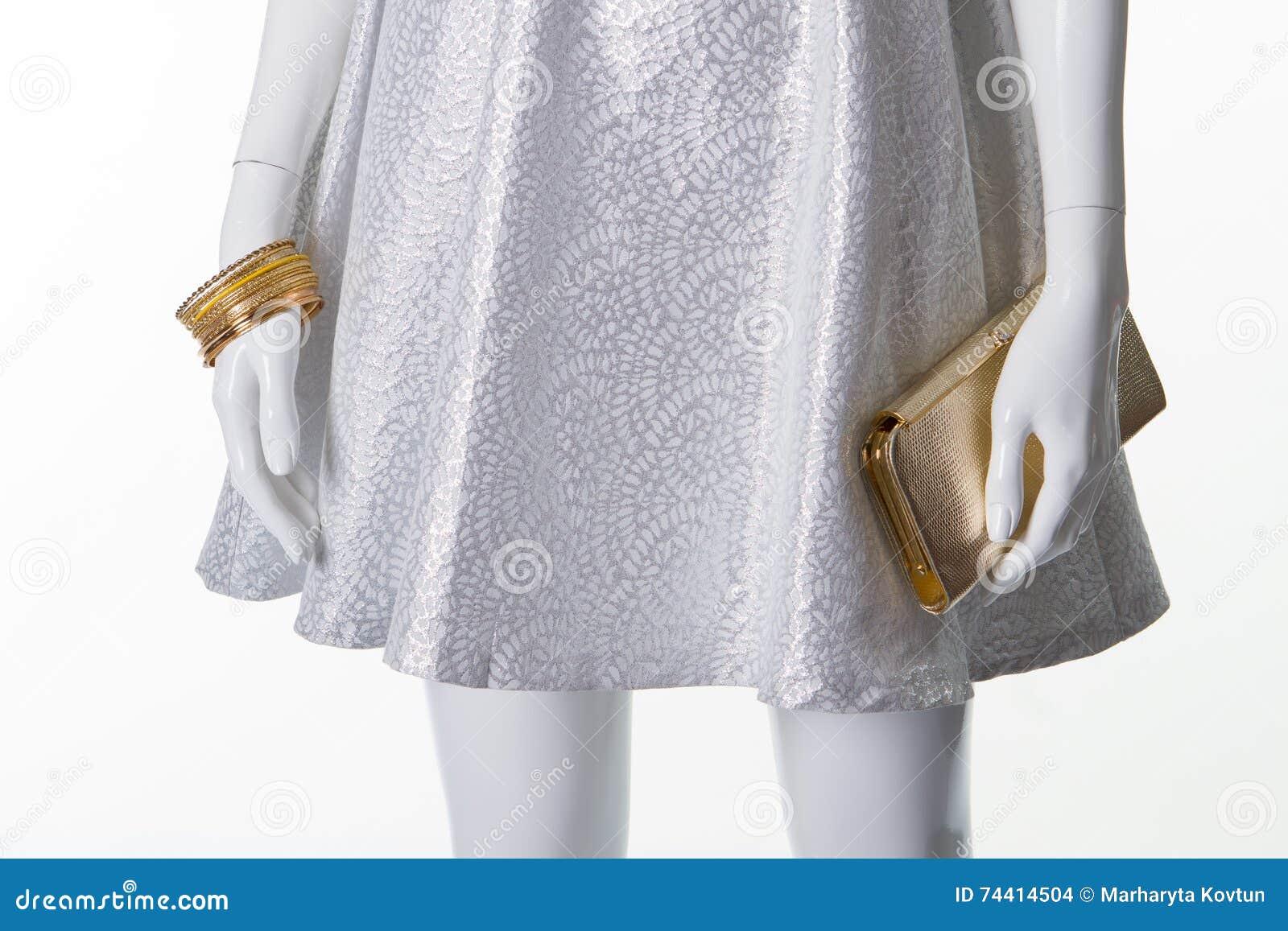 Vestido blanco con accesorios plateados