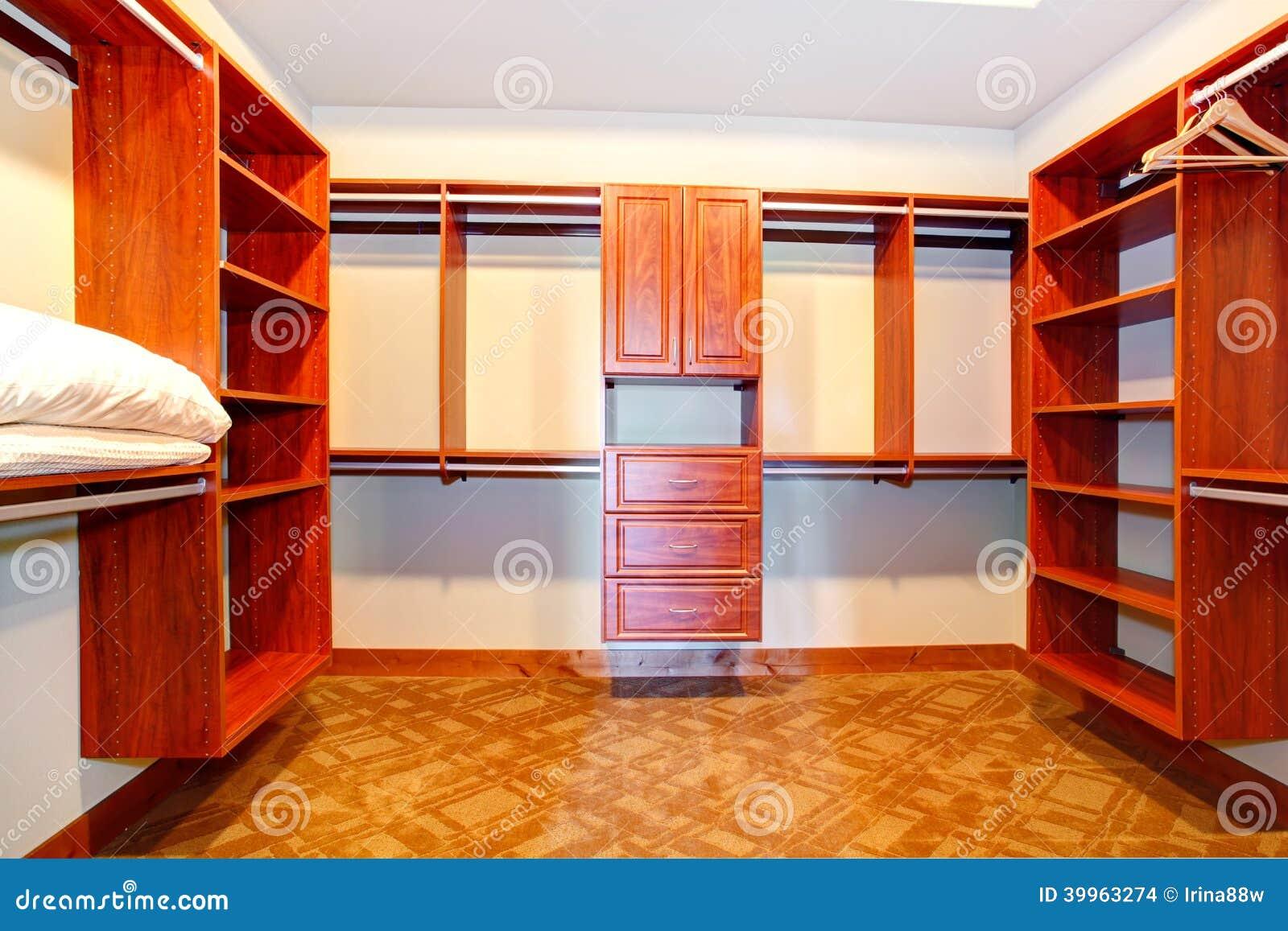 Cuarto Baño Vestidor:Vestidor en cuarto de baño con la moqueta y el un montón de estantes