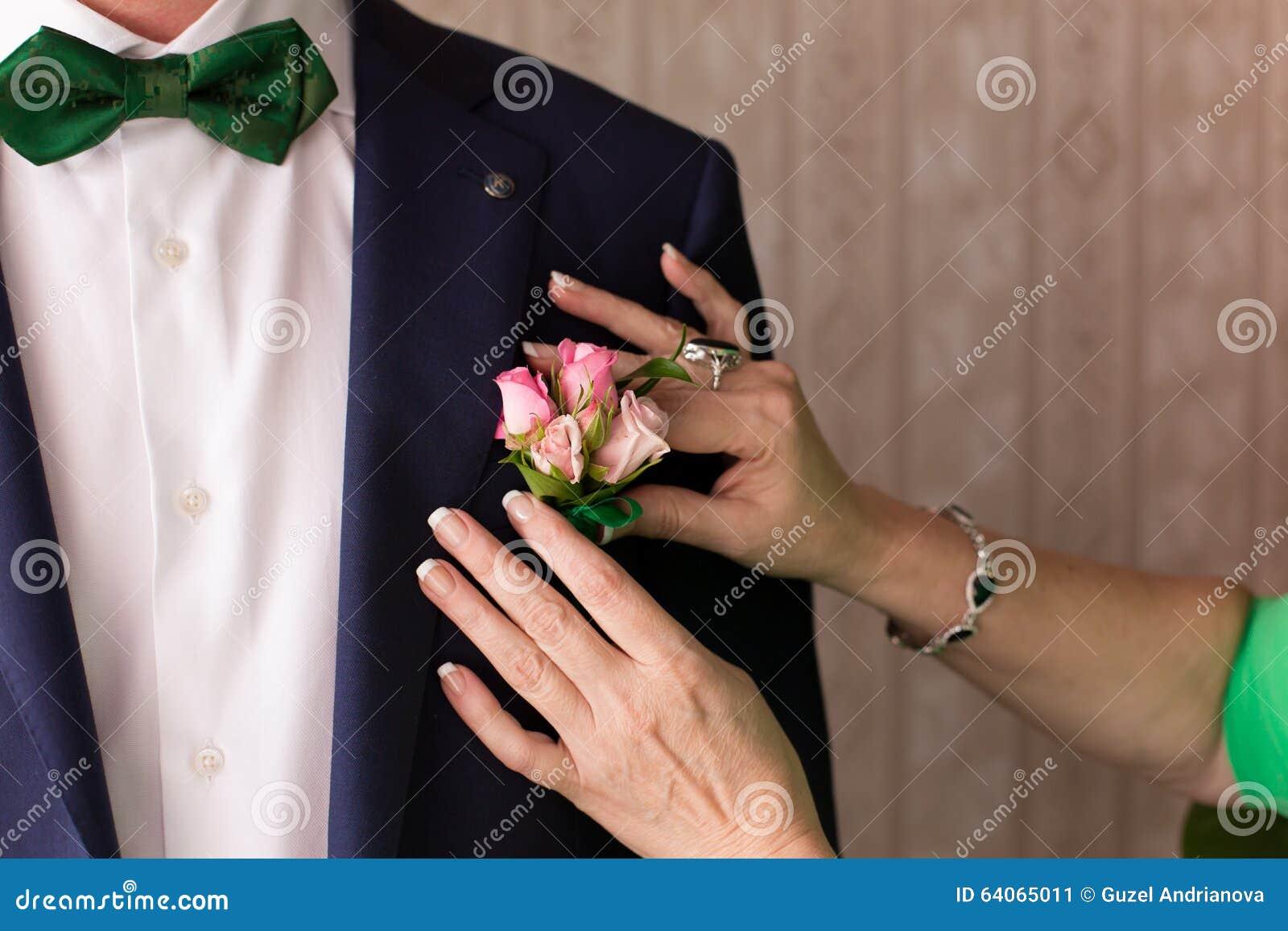 Vestidos da mãe ao noivo uma casa de botão