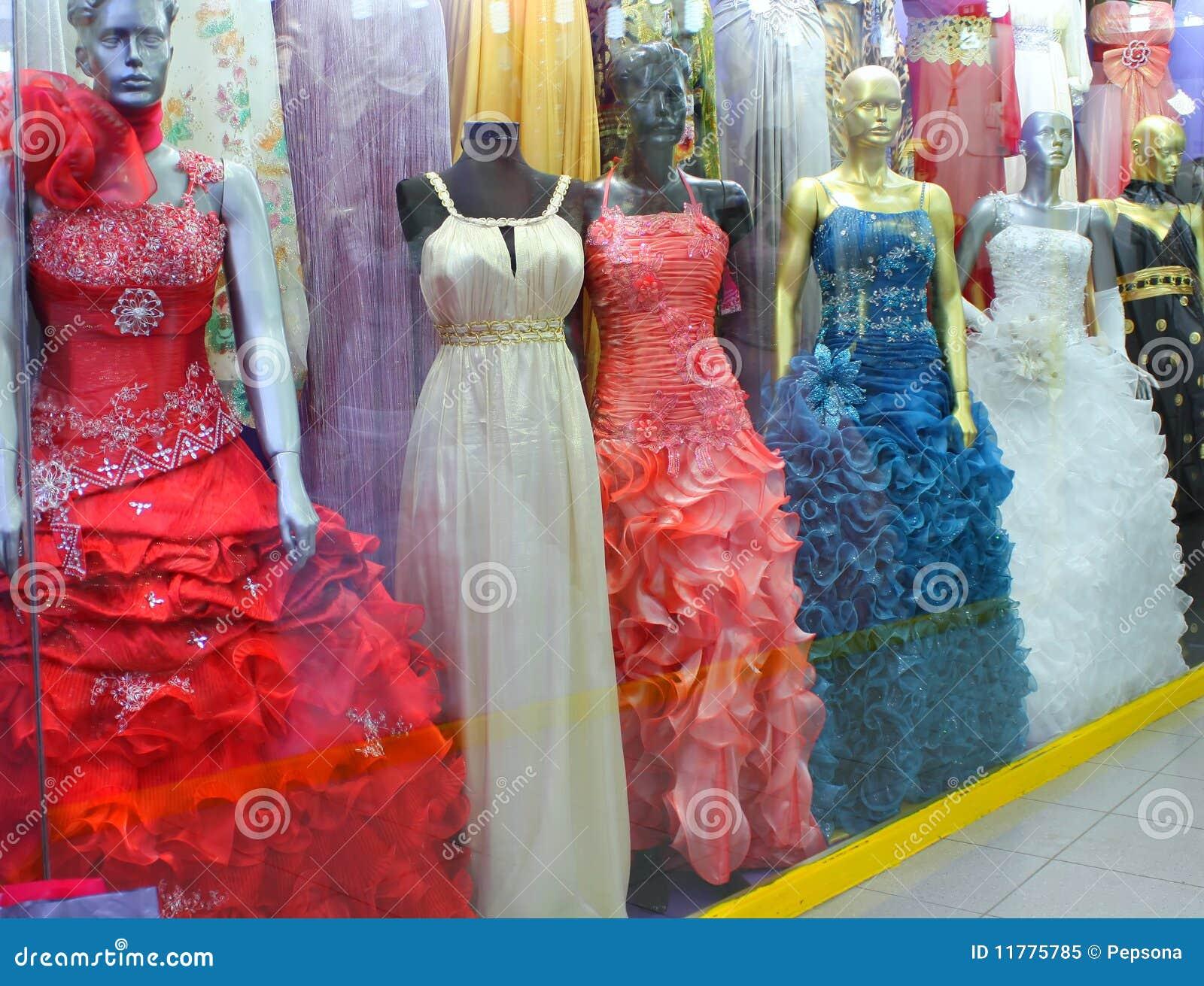137c4a4db13 Ventana del departamento con los maniquíes en alineadas de boda y vestidos  de noche