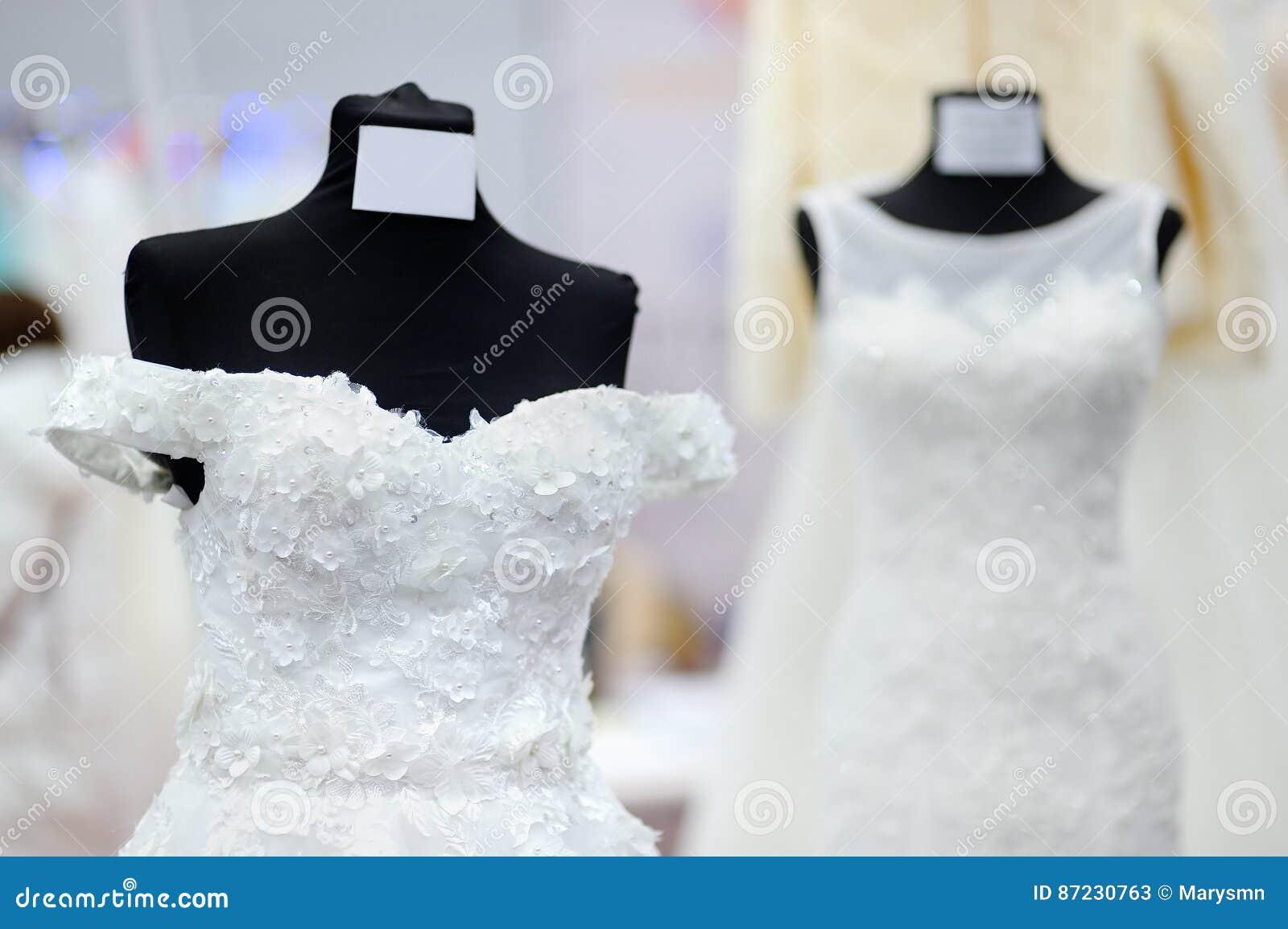 2783444d82a Vestidos Nupciales Hermosos En Un Maniquí Imagen de archivo - Imagen ...