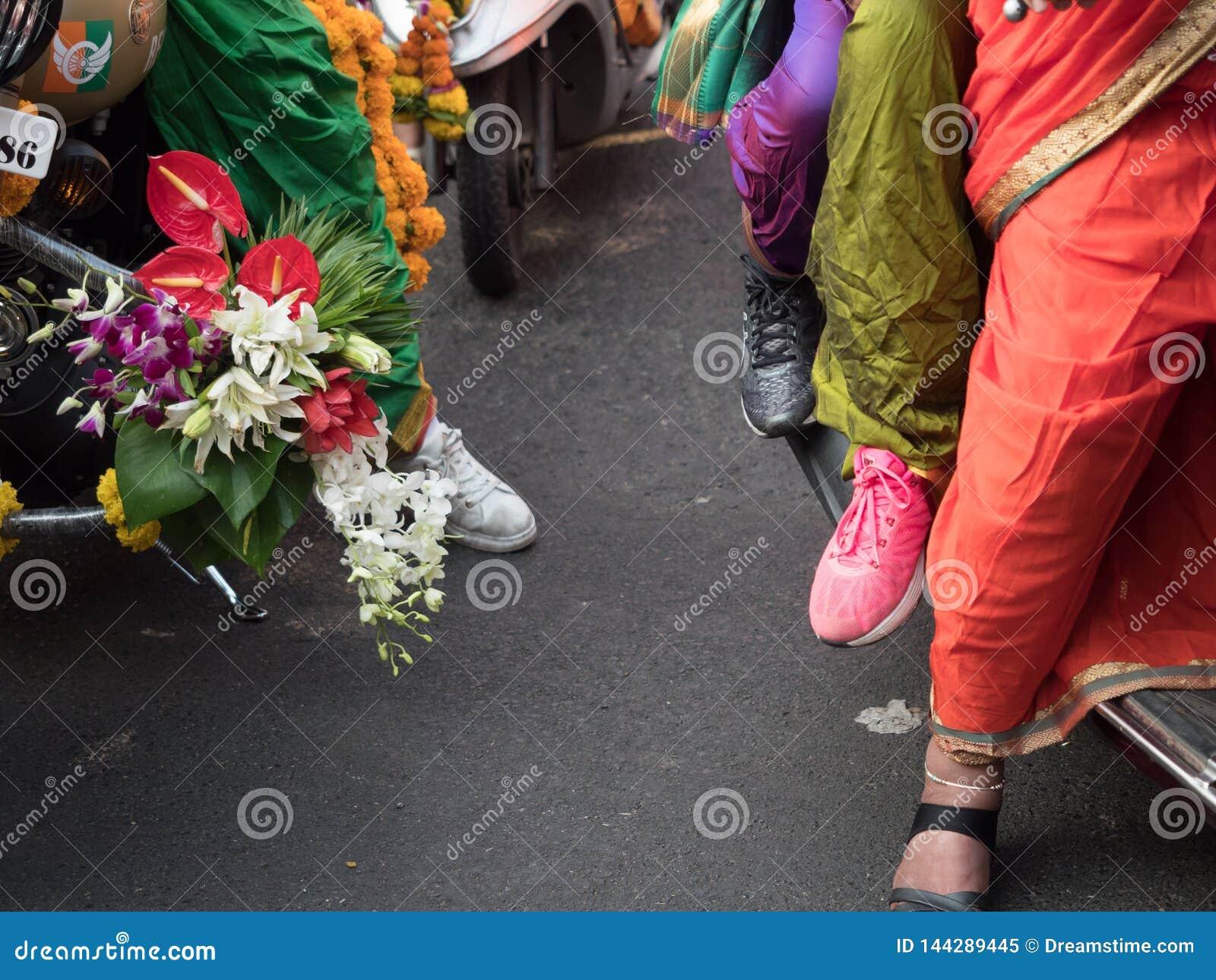 Vestidos tradicionales llevados por las señoras para acoger con satisfacción Año Nuevo HINDÚ