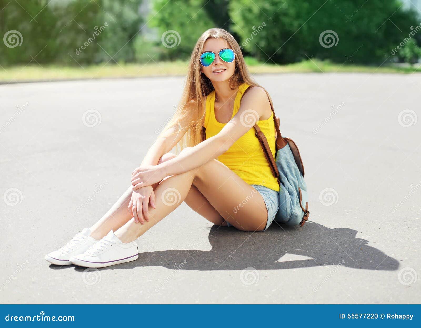 Vestir bonito da menina óculos de sol e short com trouxa
