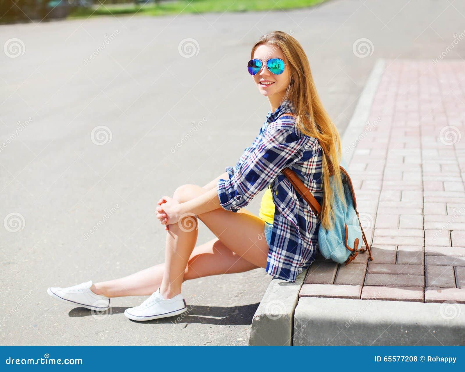 Vestir de sorriso feliz bonito da menina óculos de sol