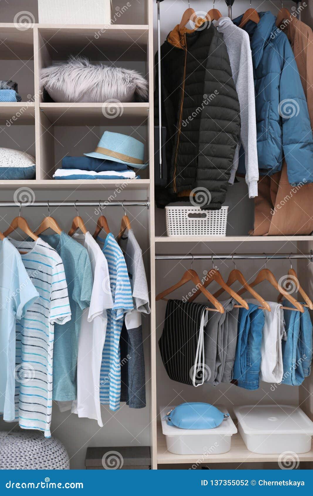 Vestiti alla moda e roba domestica in grande guardaroba