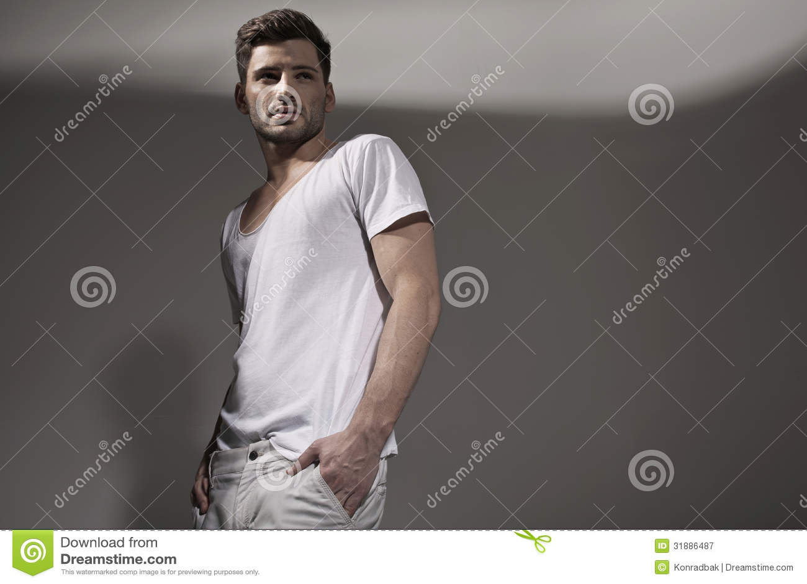 Vestiti d 39 uso della molla dell 39 uomo bello muscolare for Planimetrie della caverna dell uomo