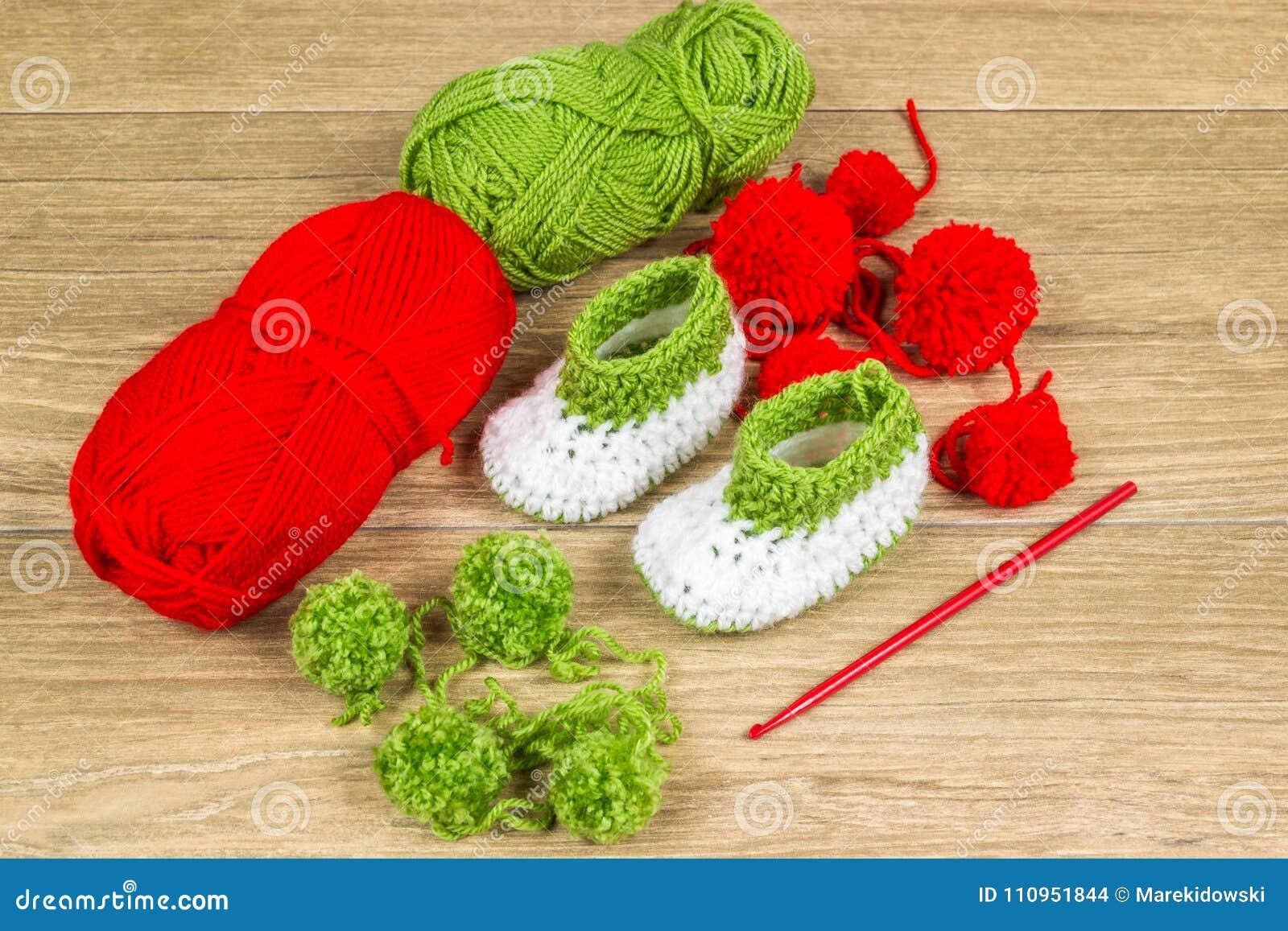 Vestiti Del Bambino Di Lavoro Alluncinetto Fotografia Stock