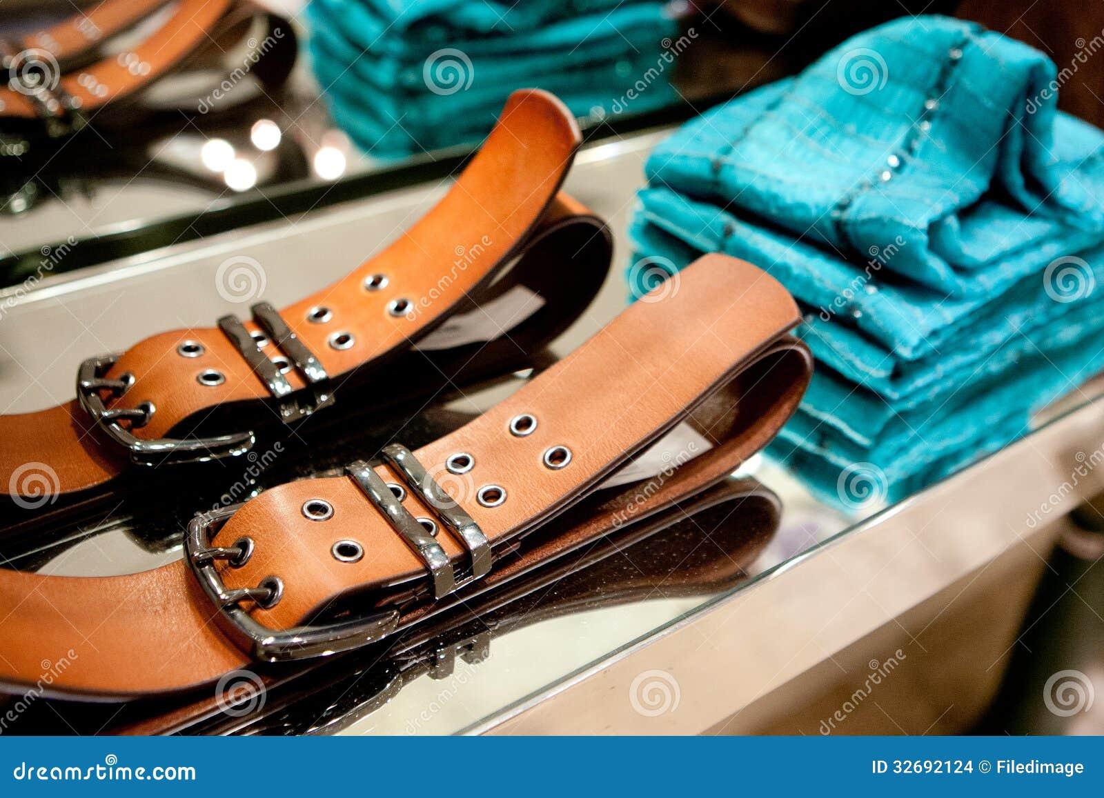 Vestiti e cinghie su uno scaffale