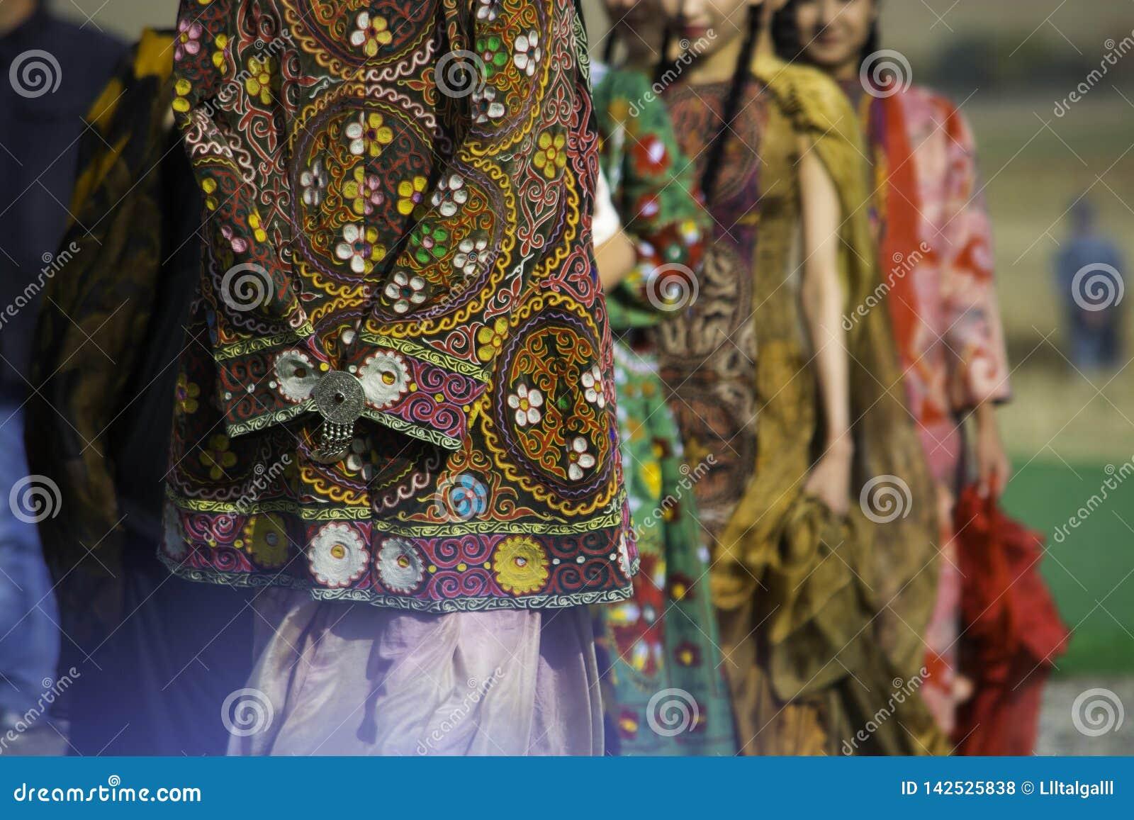 Vestiti nazionali kazaki Vestiti con l immagine degli ornamenti