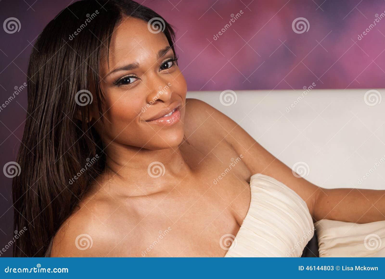 Vestito bianco d uso dalla bella donna di colore afroamericana sexy