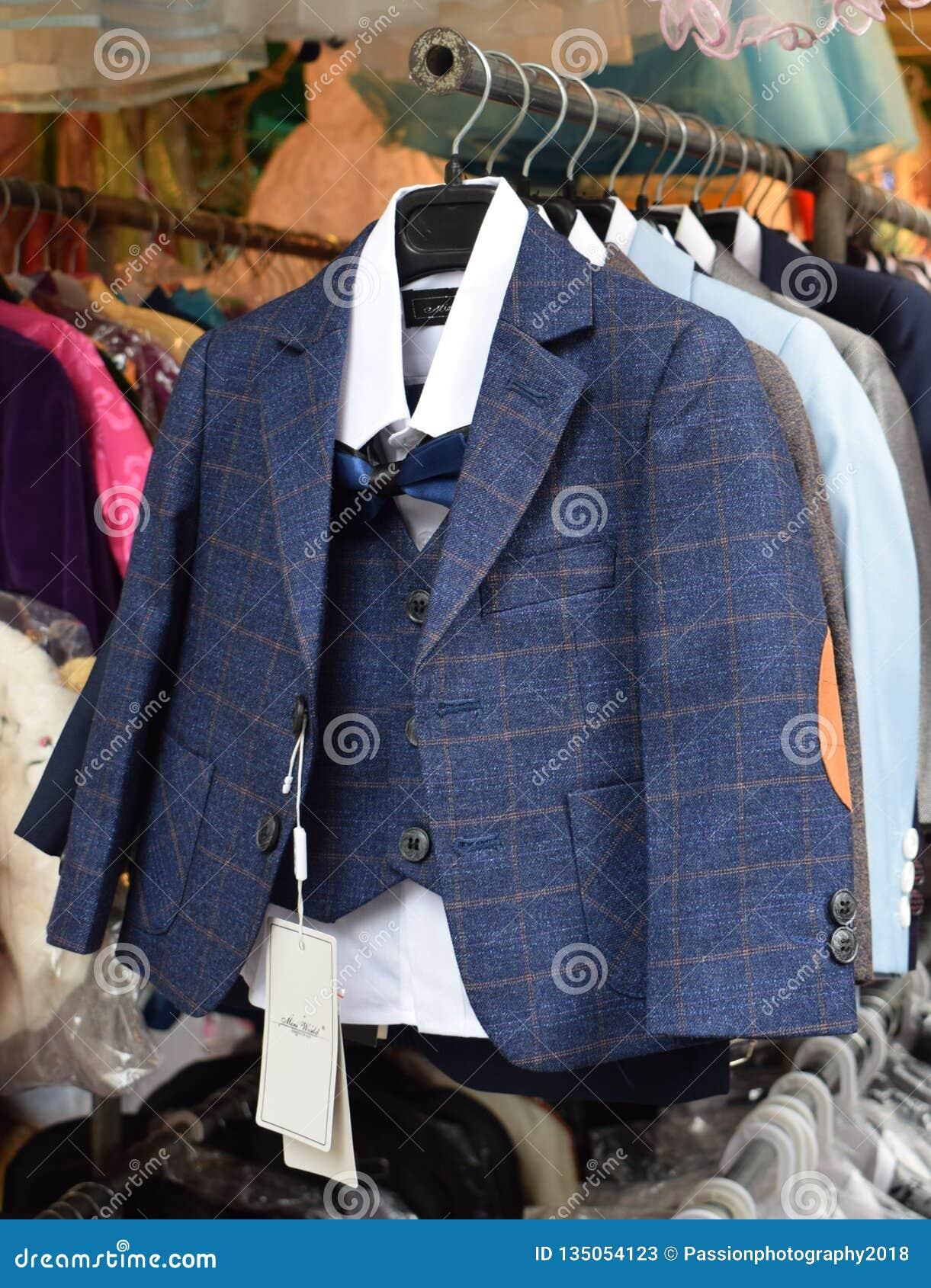 Vestito controllato alla moda del bambino blu