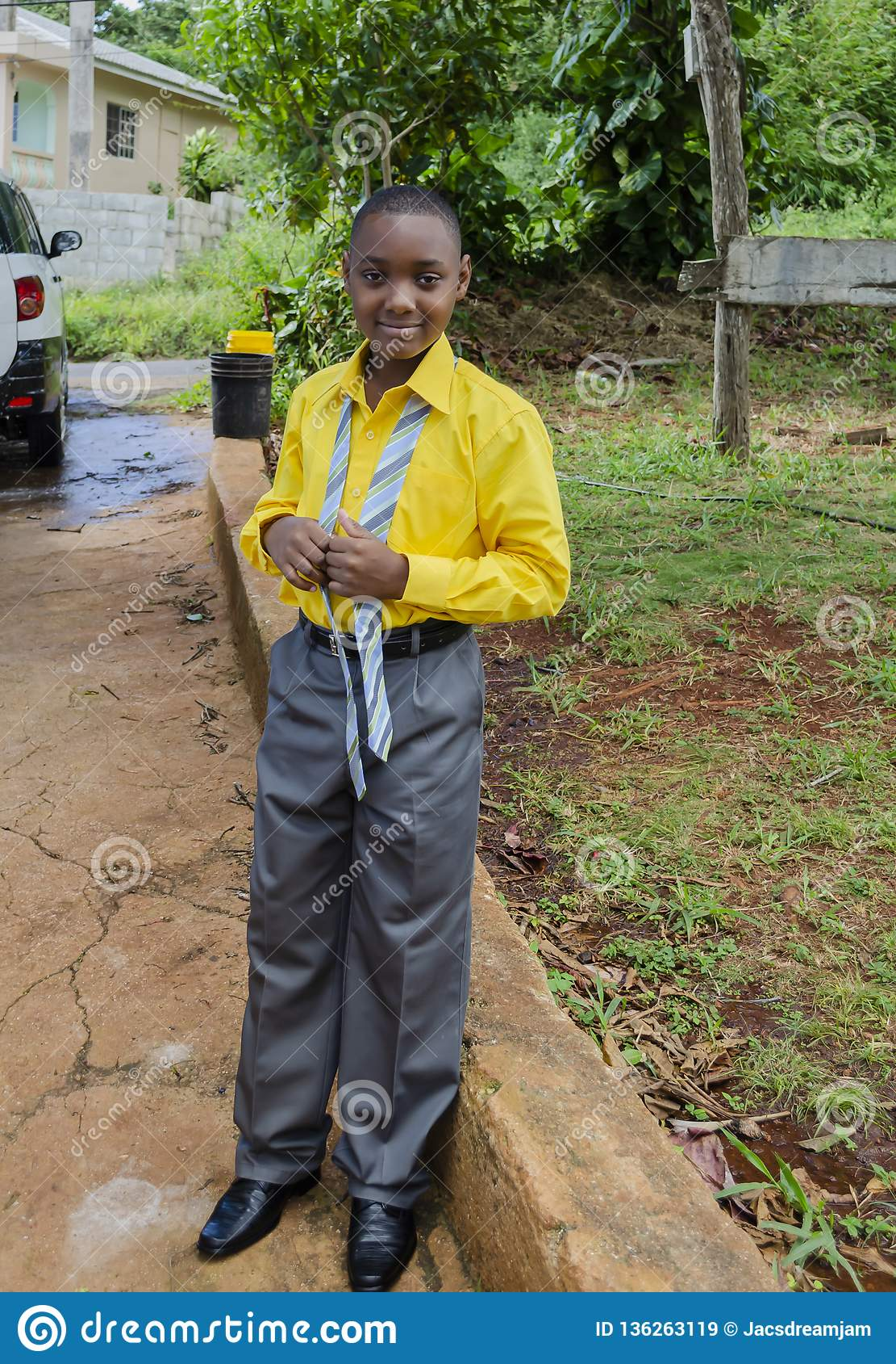 Vestito convenzionale dal ragazzo piacevole