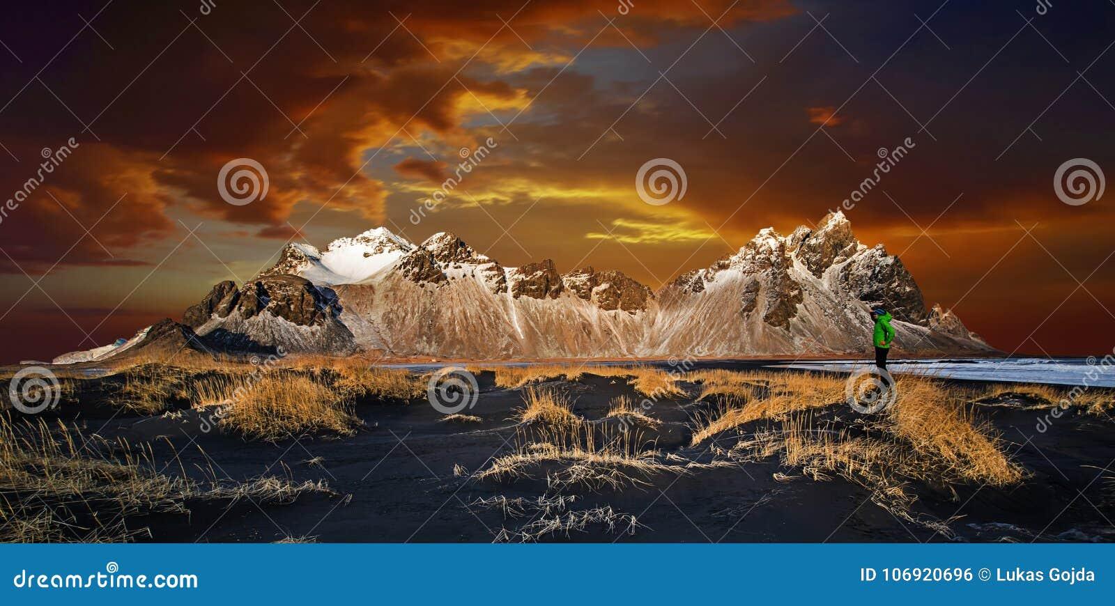 Vestrahorn góry z dramatycznym niebem z chmurami, Iceland