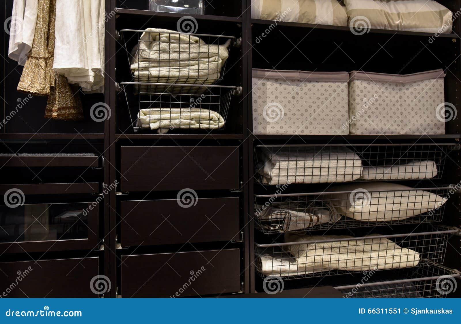Vestuário organizado do armário