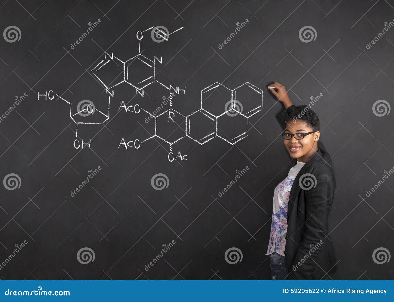 Vetenskap för handstil för afrikansk amerikankvinnalärare på bakgrund för kritasvartbräde