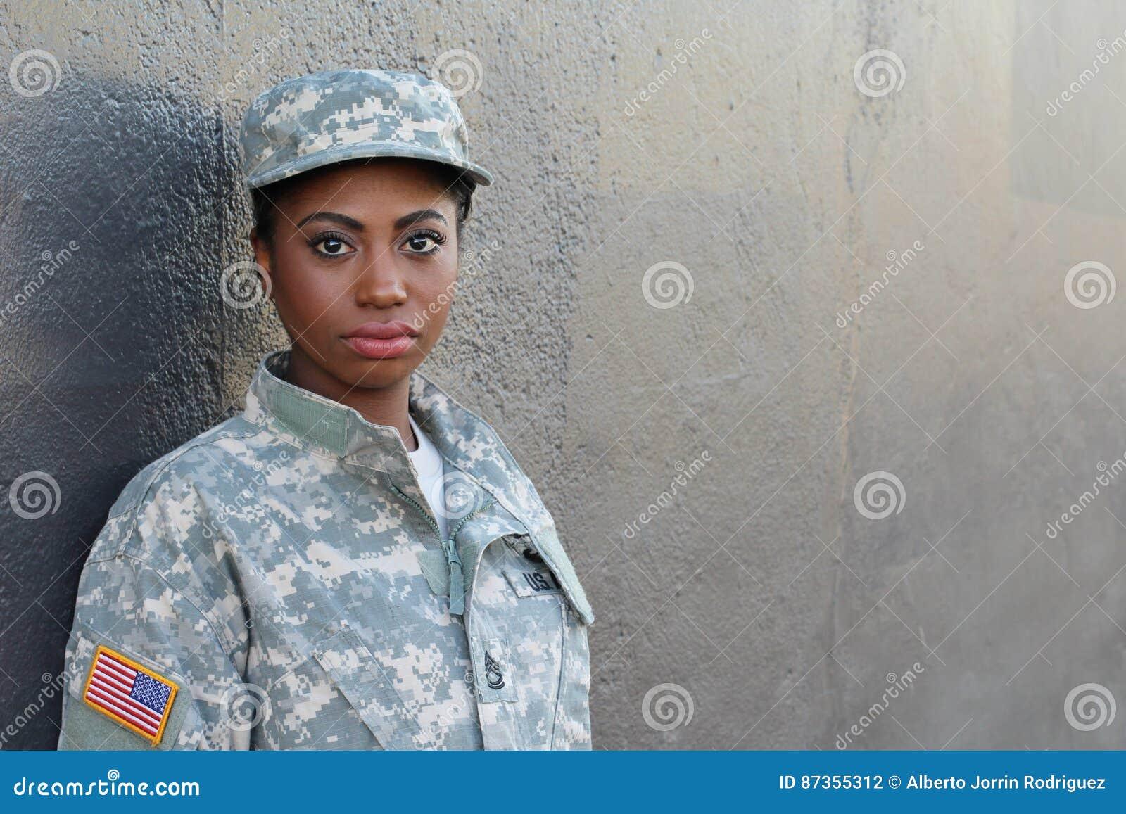 Veteraan Vrouwelijke Afrikaanse Amerikaanse Militair met Neutrale Uitdrukking en Exemplaarruimte