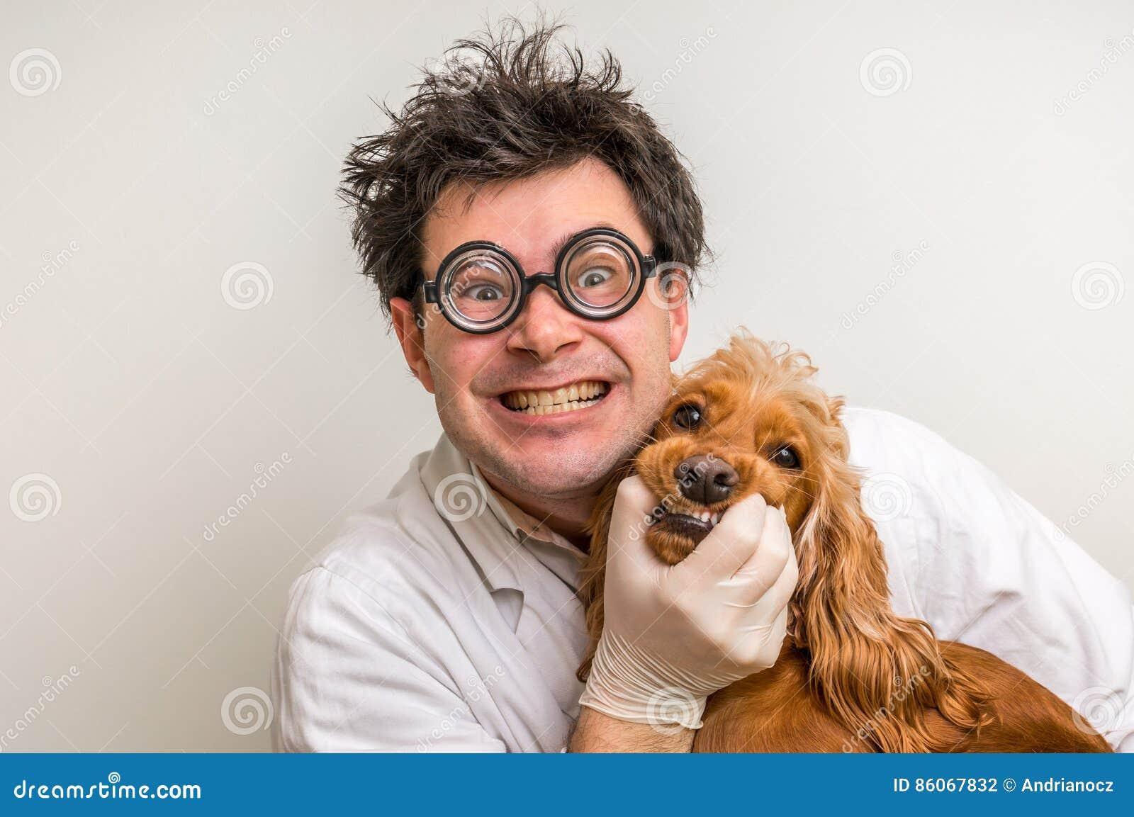 Veterinario loco y perro sonriente divertido