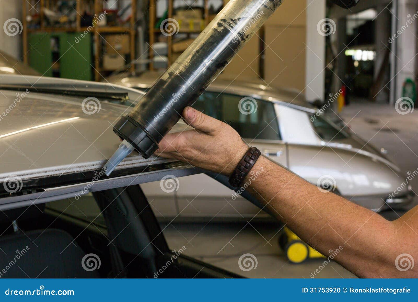 Adesivo Per Vetrai vetraio che per mezzo della pistola di applicazione per