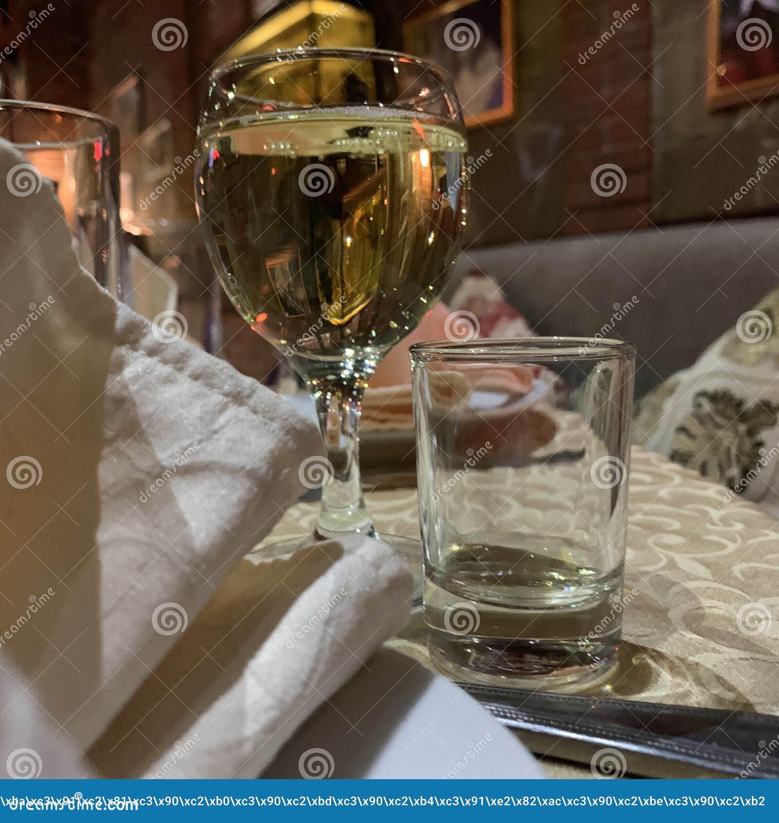 Vetri con vino bianco nel ristorante