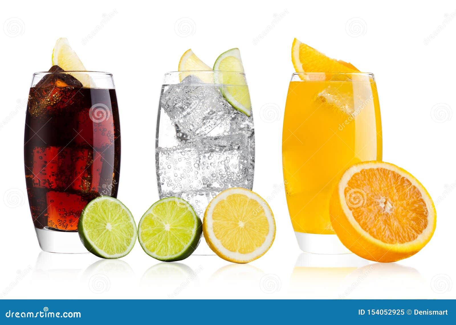 Vetri di cola e della bevanda e della limonata della soda arancio