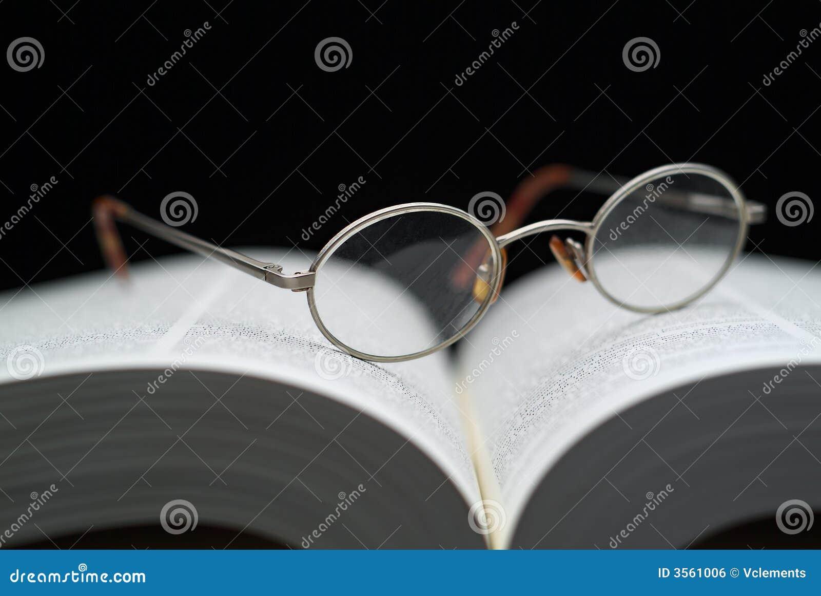 Vetri di lettura sul libro