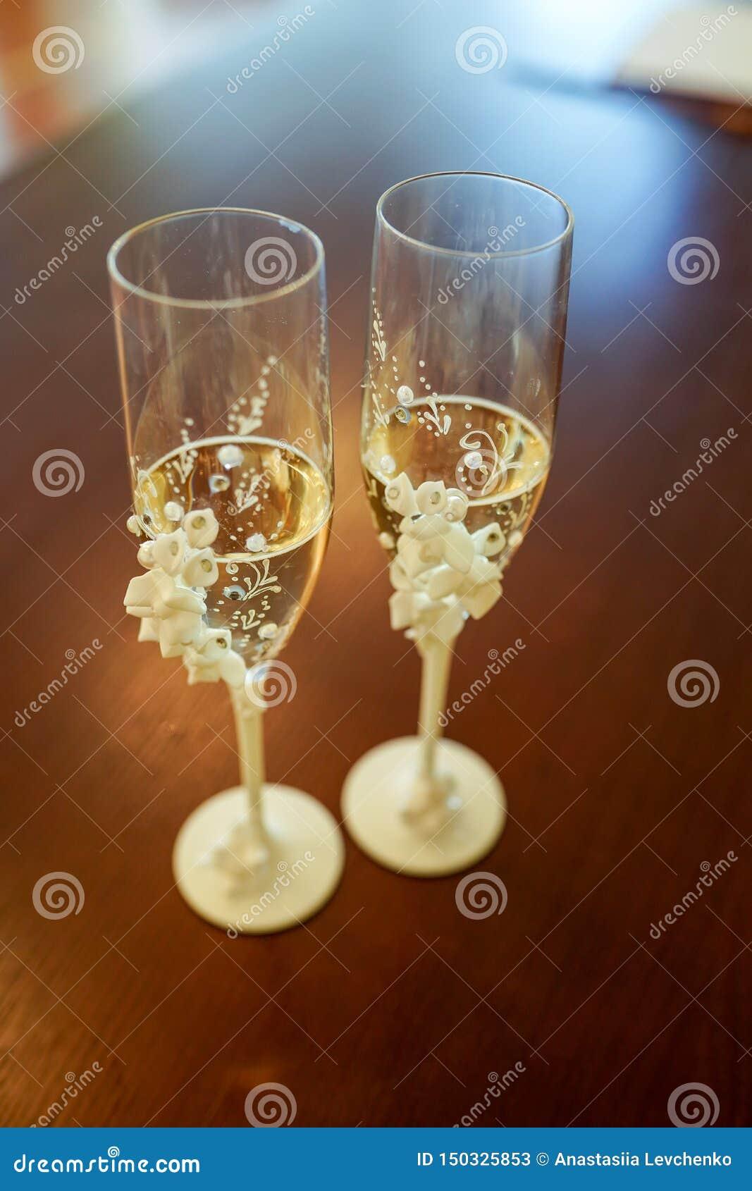 Vetri di nozze di champagne sui precedenti scuri Fuoco molle, fuoco selettivo