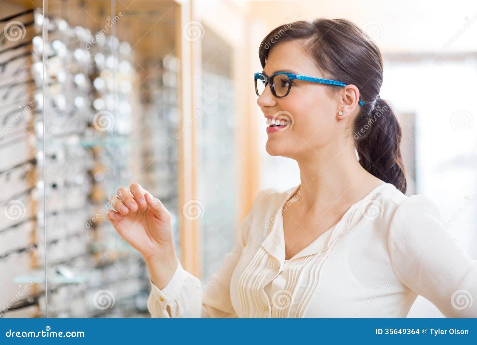 Vetri di prova della donna felice all ottico Store