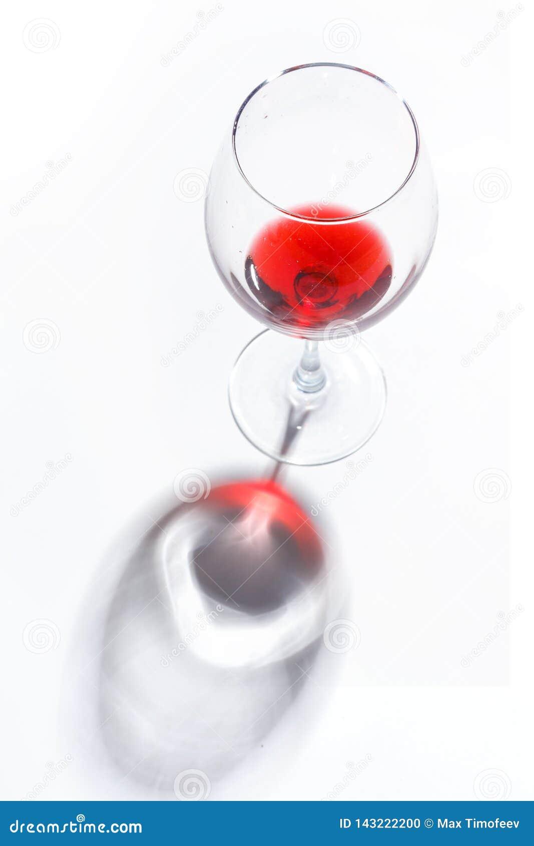 Vetri di vetro con le bevande dei colori differenti su un fondo bianco Vista superiore Il concetto di un cocktail alcolico