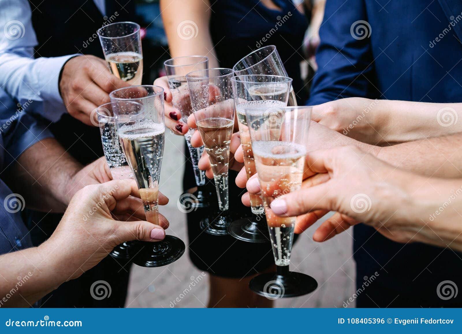 Vetri tintinnanti di champagne