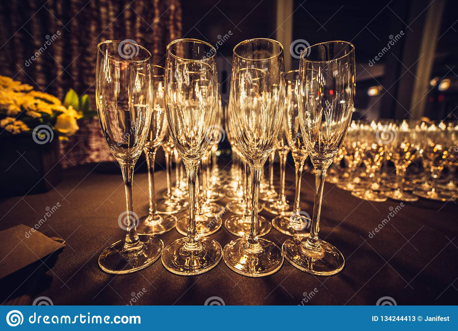 Vetri vuoti del champagne nella fila sull uguagliare il partito di evento che aspetta gli ospiti